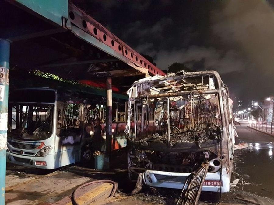 Pelo menos seis veículos foram atacados. Foto: Júlio César