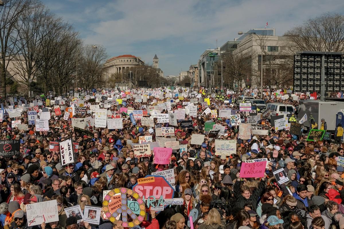 """Milhares de pessoas no movimento """"March for Our Lives"""" em Washington, D.C, sede do governo americano. Foto: Time Magazine / Reprodução"""